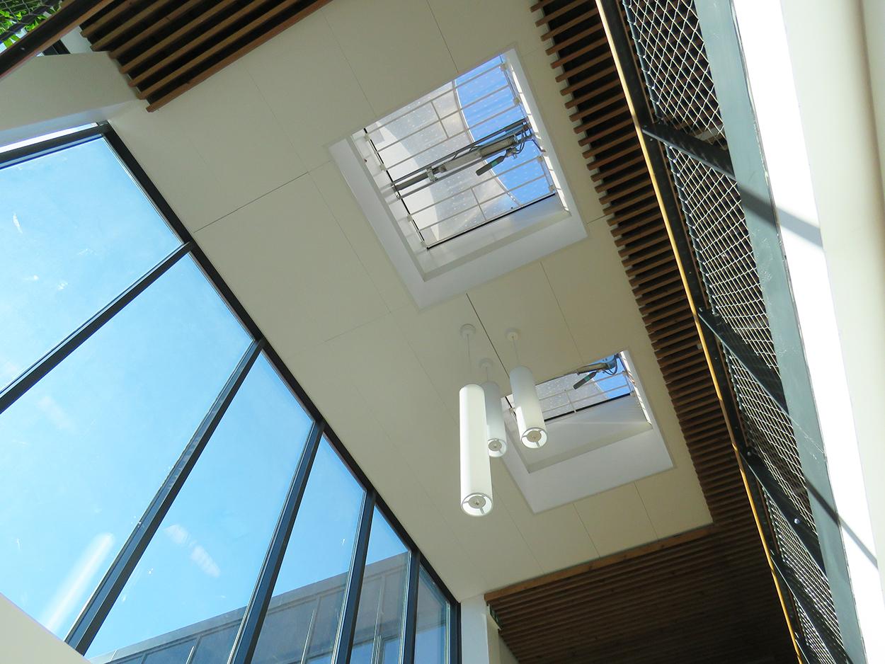 Cage d'escalier bureaux Septeo lanterneaux Bluetek