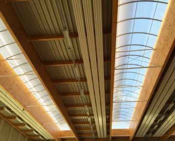 Référence Bluetek sur site Adexsi pour gymnase Saint Nom La Bretèche Bluevoûte lanterneaux filants Arcos Architecture toiture avec étanchéité