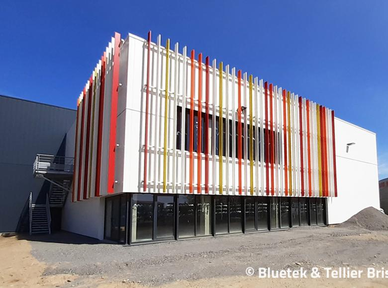 Brise-soleils de façade Tellier et lanterneaux Bluesteel Therm gymnase Challans