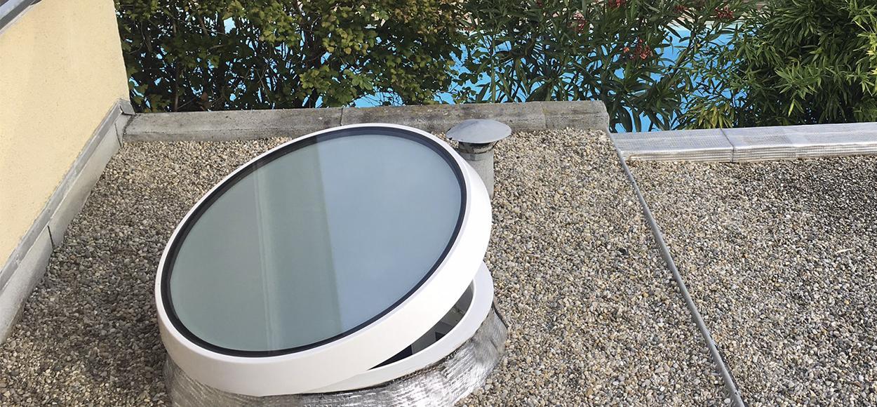 Référence Bluetek sur site Adexsi France pour Balsan Architecture produit Slick Inside Rond en verre lanterneau éclairage aération toiture plate avec étanchéité