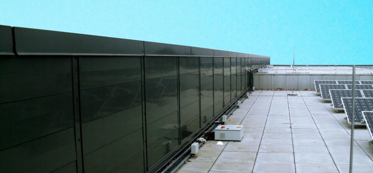 Vue en toiture des appareils Luxlame en mode fermé sur le groupe scolaire Stanley Park High School